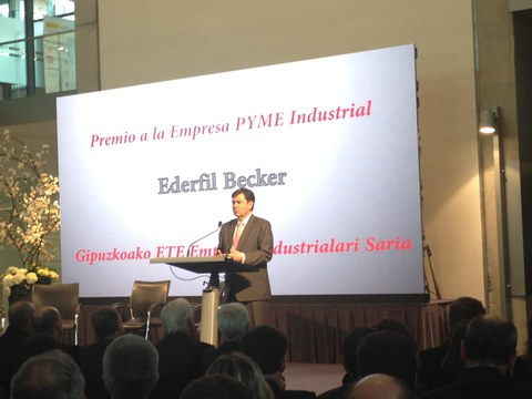"Ederfil Becker recibe el premio a la ""Empresa PYME Industrial 2015"""