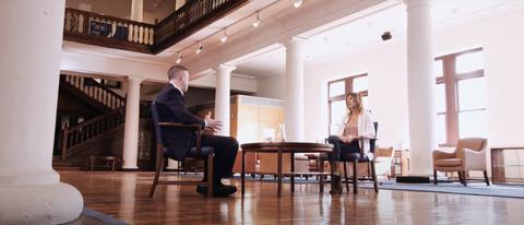 La periodista Eider Hurtado y el analista económico Joseba Madariaga protagonistas del vídeo de LagunAro, EPSV