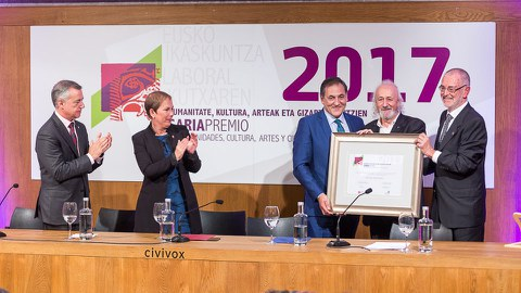 Montxo Armendáriz recibe el premio Eusko Ikaskuntza-Laboral Kutxa