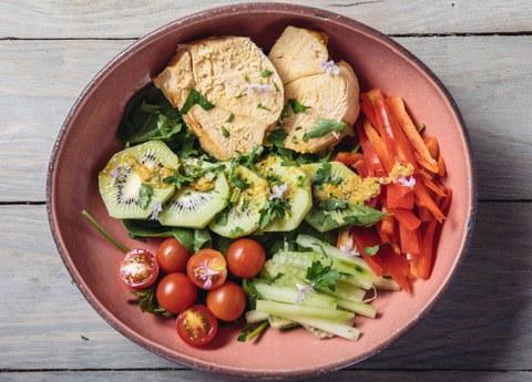 Receta saludable: ensalada de kiwi, pollo escabechado y verduras
