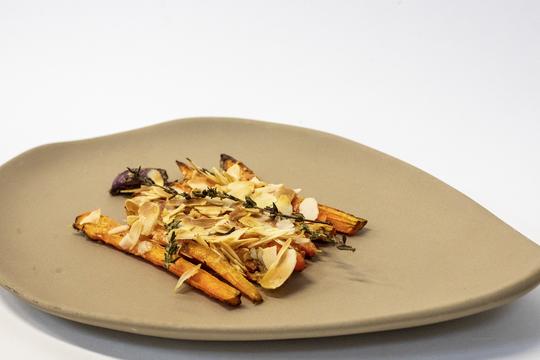 Zanahorias asadas con parmesano y crujiente de almendra