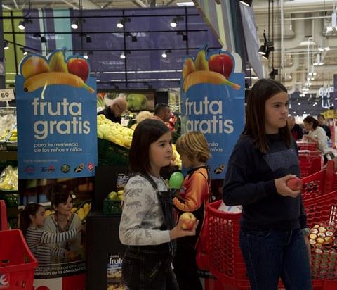 Eroskik 40.000 fruitu banatuko dizkie haurrei