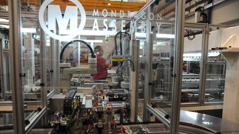 Mondragon Assemblyk eguzki panelak muntatzeko munduko makina automatikorik azkarrena eta efizienteena garatu du